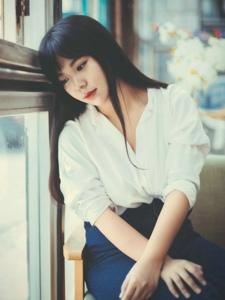 咖啡馆内的气质白衬衫长裙美男优美写真
