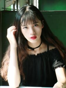 列车上的黑裙漂亮美女迷人眼神