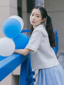 樱花树下的气球少女清纯可人
