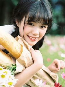面包虎牙少女清新花瓣甜美笑容