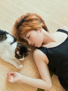 舒适日系私房内的短发美女寂寥与猫相伴
