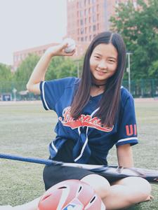绿茵草地上的长发活力棒球少女