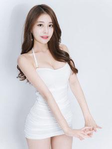 白皙美模修长身姿笑容迷人