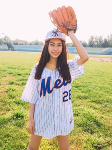 爱运动的棒球少女气质逼人挥汗写真