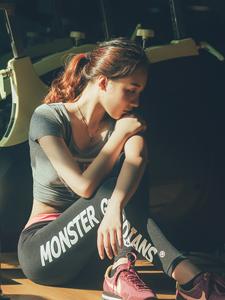 马甲线性感女郎健身房诱惑写真