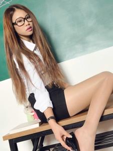 麻辣女教師語寒桌上襯衫包臀裙肉絲性感妖嬈