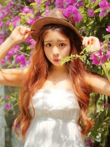 艳丽花朵中的韩系心爱圆脸少女