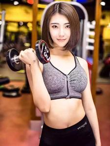哑铃女神健身房性感迷人写照