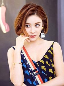 袁姗姗展现休闲露肩装清新魅力时尚