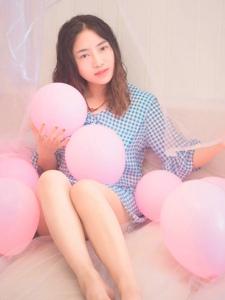 粉色气球堆内的卷发甜美妹子惹人爱