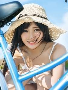 戴帽子的大眼睛白衣吊带裙美女清纯阳光温情动人