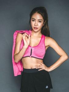 健身女郎古铜肌肤健康运动写真