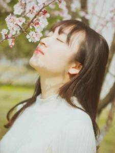 鲜艳花树下的氧气恬静姑娘清新宜人