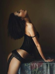强势美女情趣吊带连体黑丝美腿丰臀气场张扬