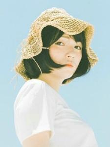 骄阳下的草帽短发美女安静耀眼