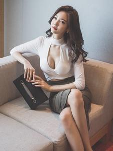 性感美模林正允开胸上衣沙发诱惑写真