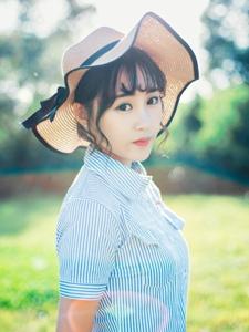夏日午后阳光下的草帽美女美眸动人