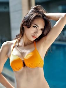 性感厚嘴唇比基尼美女泳池湿身迷人写真