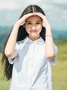 阳光草地上放肆奔跑微笑漂亮少女