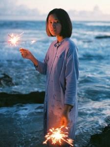 夕阳海面下的短发烟花姑娘唯美意境
