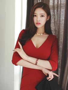 美艳模特朴秀然红裙亮眼吸睛写真
