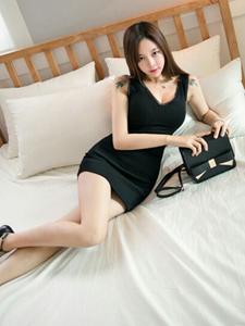 黑色紧身裙美模性感床上翘臀写真