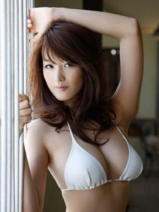 日本美女少妇落霞余晖倚窗前些许怀旧
