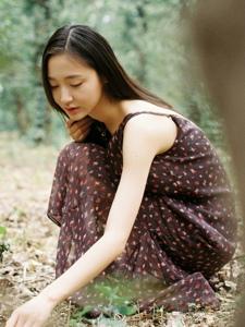 森林内的高挑清丽美女养眼动人