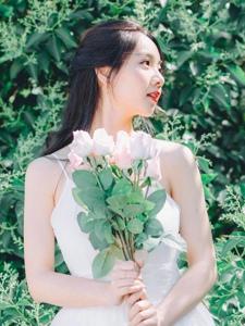 气质吊带裙美女花束白皙肌肤侧颜美丽