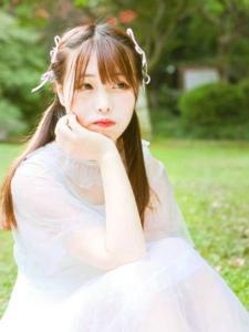 夏日草地上的纯净姑娘清凉漂亮
