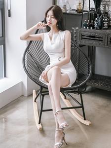 郑有贞白色开叉短裙俏臀诱惑尽显白领气质