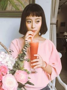 咖啡馆里的粉T自由随性短发美女
