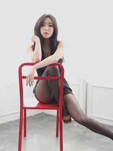 黑丝长腿美艳模特性感写真姿势撩人
