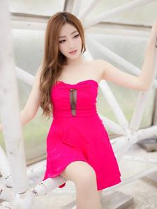 极品靓丽红艳美模户外清新俏皮写真