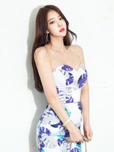 中分性感模特抹胸短裙美背尽显