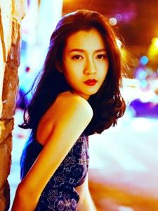 夜晚街头上的率性漂亮美女性感迷人