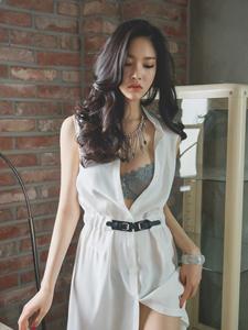 气质嫩模白纱遮体性感内衣若隐若现