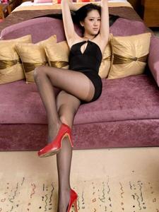 爆乳美女Ashely黑丝高跟美腿傲人上围