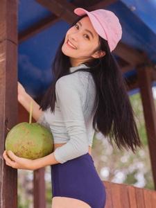 棒球帽清爽妹子椰汁甜美笑颜