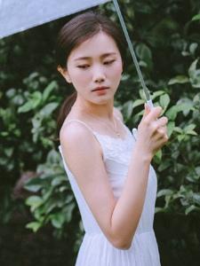 雨天树林内的白裙柔美淡雅美女