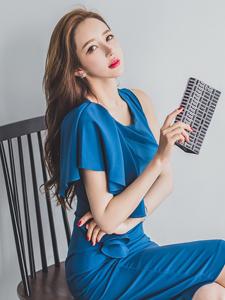 蓝色妖姬性感美模李妍静长腿室内写真