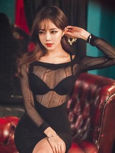 性感嫩模透明罩衫美胸若隐若现