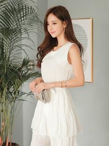 白皙美女孙允珠气质短裙私房魅惑写真