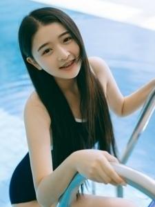 00后死库水美女泳池湿身甜美迷人写真