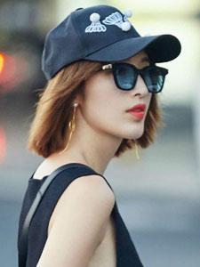 张俪机场随性街拍黑色时尚裙子