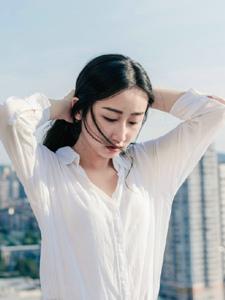 天台上的白衬衫温润美女自然随性