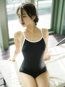泳池内的高颜值美女美好年轻娇躯