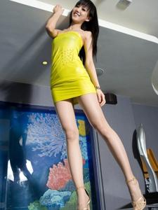 气质腿模Sara抹胸靓丽短裙长腿魔鬼身材