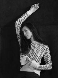 表姐刘雯慵懒伸展时尚范十足