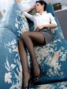 沙發上的制服美女襯衫包臀裙黑絲美腿誘人